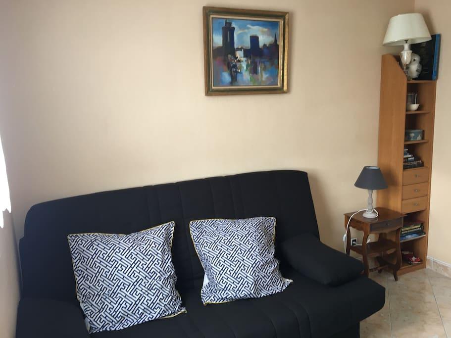canapé lit dans chambre privée