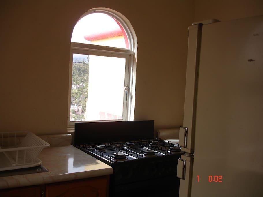 Cocineta, con estufa y refrigerador