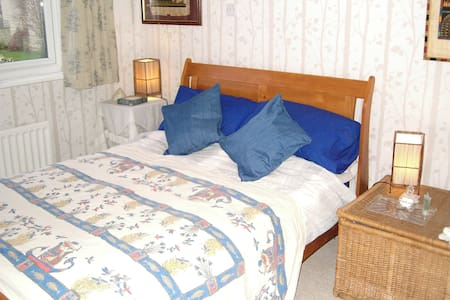 Large double bedroom, Cotswold view - Woodmancote