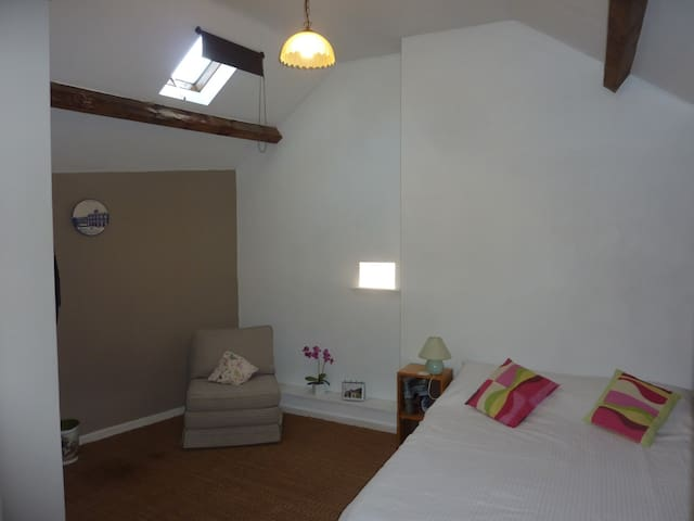 Townhouse St Jacques - Loft room with en-suite. - Eymoutiers - Casa