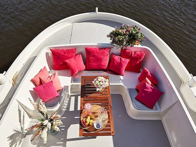 Amazing and unique houseboat at premium location!