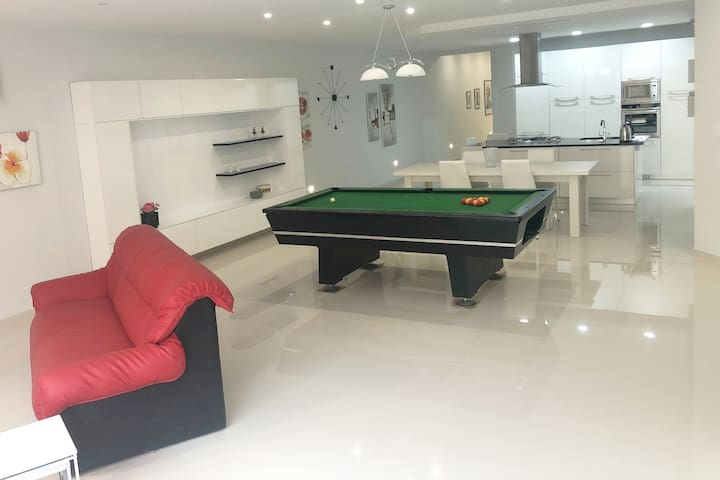Spacious 3-bed ★ Pool table ★ Relax & BBQ outdoors