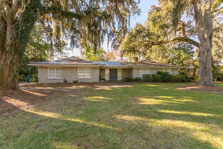 Marsh Oaks Abound!  Great family home! St. Simons Island, GA