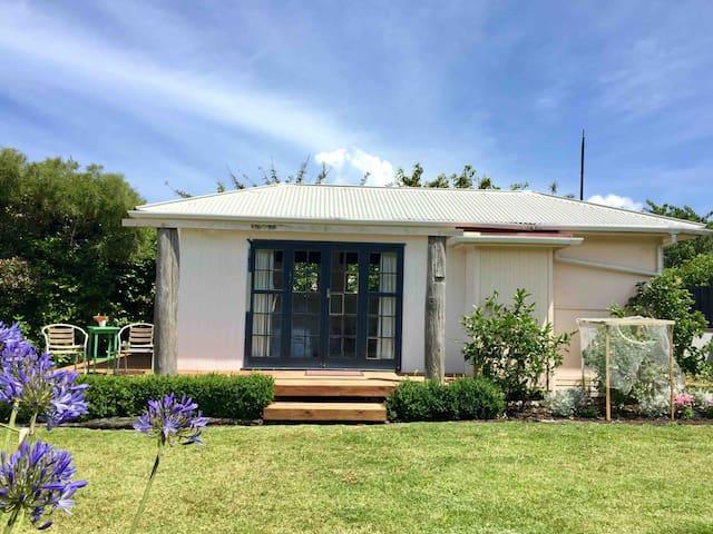 Entire Property - olde beach Bach Waikanae | Wifi