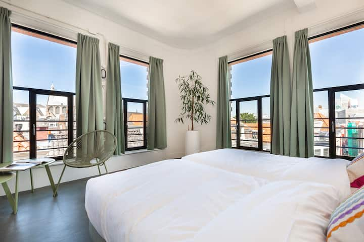Room for Four with picturesque panoramic city view