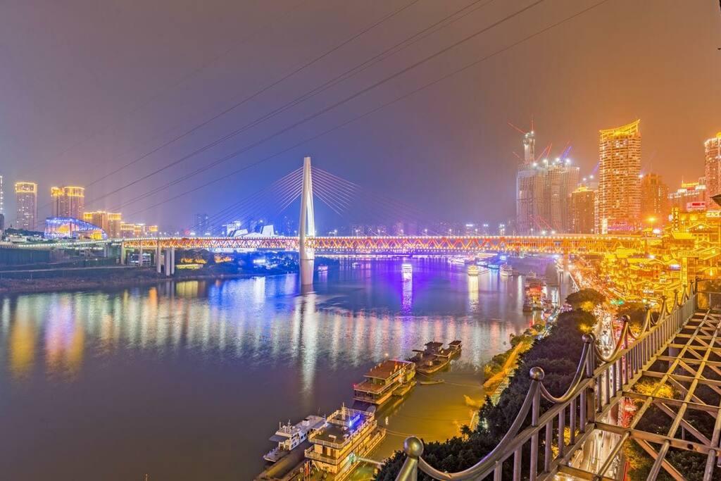 客厅看到的夜景,繁华热闹的重庆洪崖洞和千斯门大桥,桥缝中看大剧院夜色!