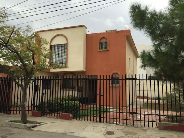Casa entera frente a parque - Ciudad Juárez