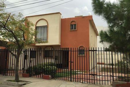 Casa entera con estacionamiento - Ciudad Juárez