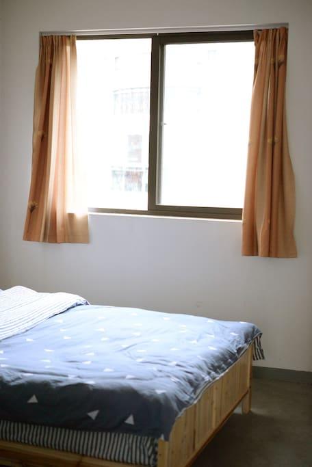 有一扇窗户,光线好,通风好。