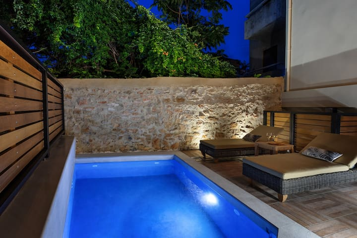 Elvina City House with private solar heated pool
