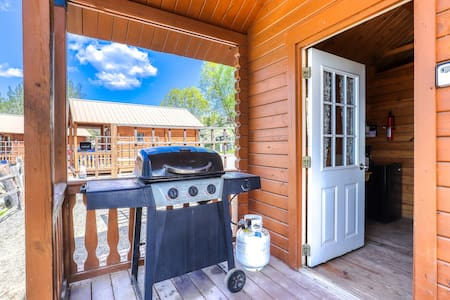 Dog-friendly, dry cabin near the lake w/ shared, on-site amenities