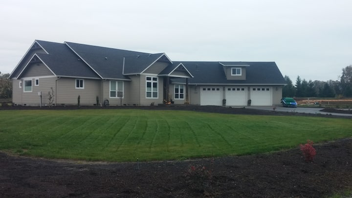 Beautiful NE Salem Home on 2 Acres (Full Bed)