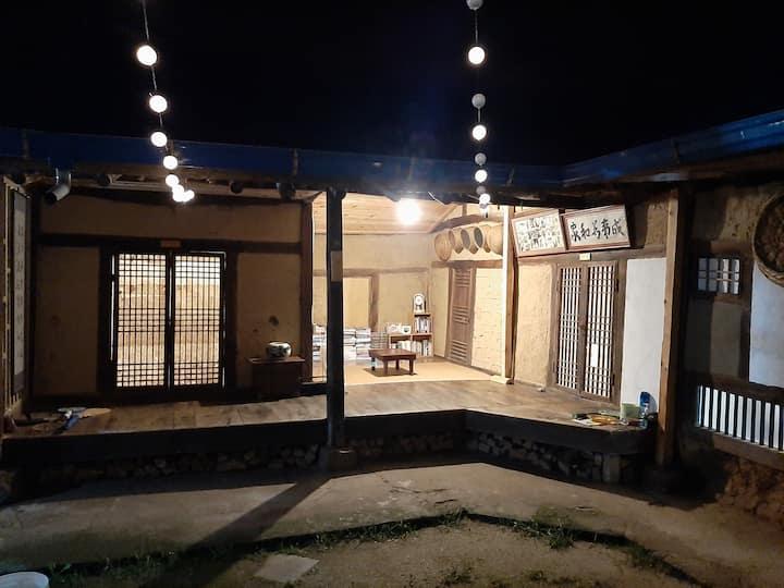 소예와 광삼이네 종수방(한옥)  대문안에 마당 과 한옥 대청마루가 있는 휴식처