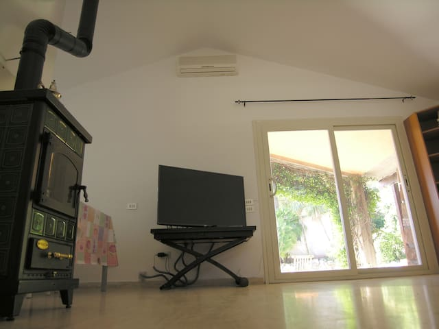 Stufa e TV nel soggiorno