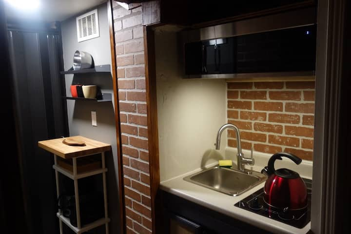 Stylish Studio in Downtown with Parking