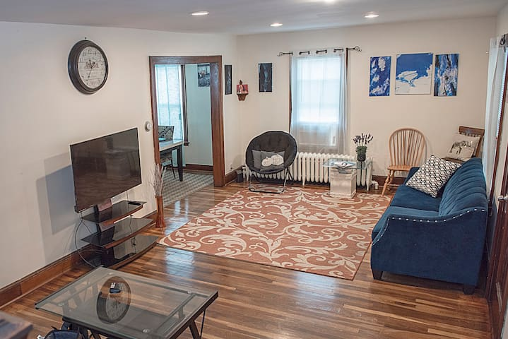 Trendy+Cozy Home 10 Min Ride to Downtown Hartford!