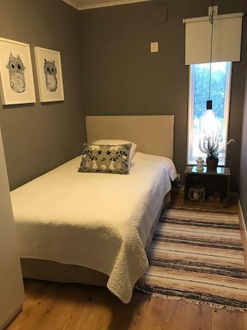 The bed is 120cm/Sängen är 120 cm bred.