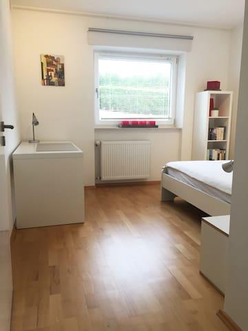 Arbeits- bzw. Schlafzimmer mit Doppelbett (140x200cm)