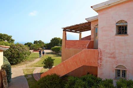 Monolocale curato con un balcone o terrazza vicino al mare