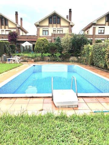 Casa con piscina privada y bbq cerca de la playa.