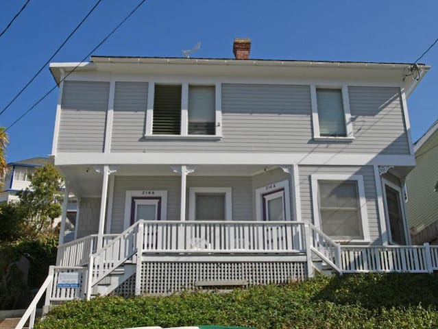 Charming Victorian Triplex, 2 Blocks to the Beach, WIFI - 216 Whittley A