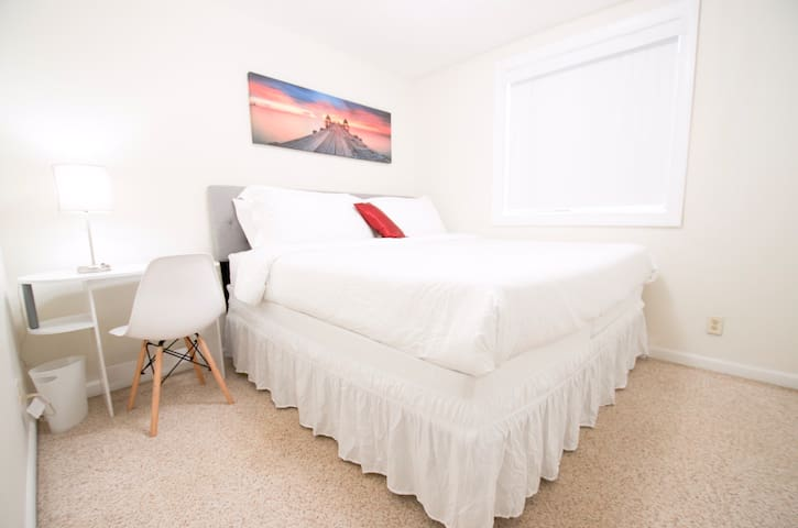 New-Private modern King bed walk distance to AU