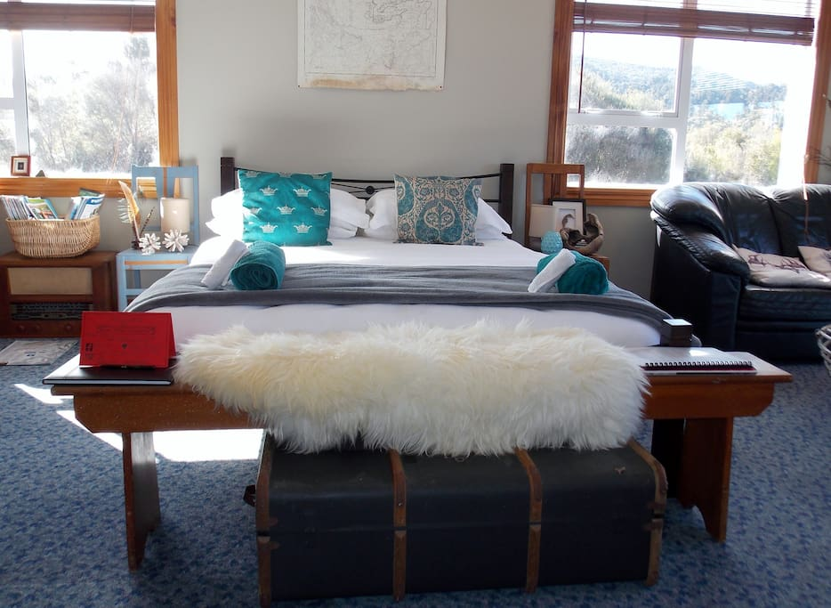 Light and spacious room. Queen bed & three singles.