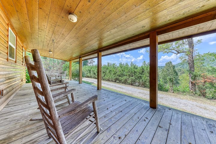 Updated wooden cabin w/gas fireplace, gas grill, furnished deck - close to town!