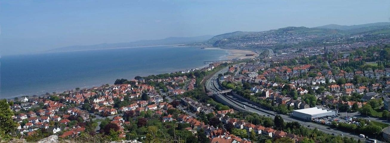 Village location, sea views, family & dog friendly - Penrhyn-side
