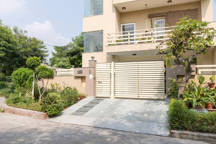 NOIDA LUXURIOUS INDEPENDENT GROUND FLOOR