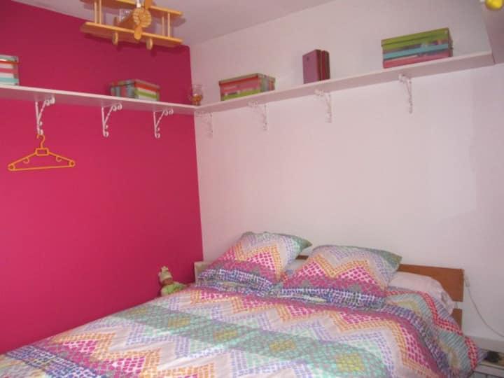 Chambre avec TV dans hameau prox A83 et aéroport
