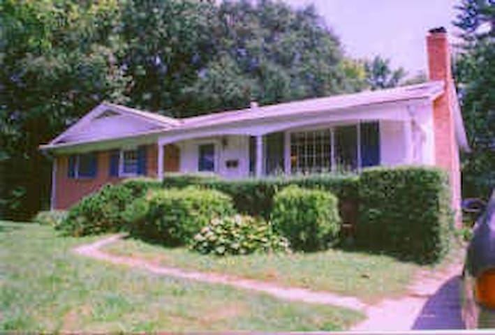 Rm w new paint & carpet in a house - Berwyn Heights - House