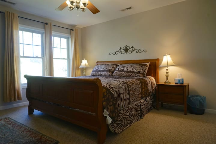Master Bed Room with King Bed(Near UVA & Downtown)
