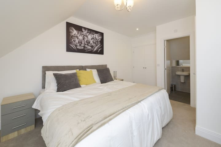 The Bracknell Modern and Outstanding House
