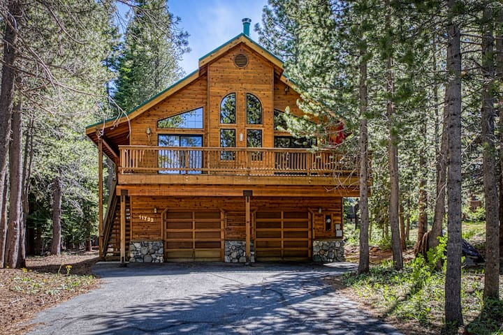 New listing! Gorgeous cabin w/shared pool, hot tub & private pool table, ski!