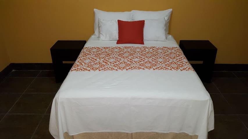 Guacamaya room, 1 mile from Flores - San Benito - Casa