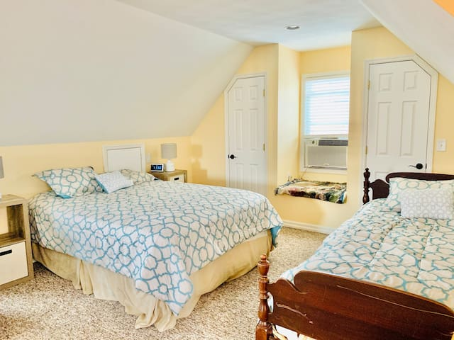 Queen bed and twin bed; twin air mattress and pack-n-play also available.