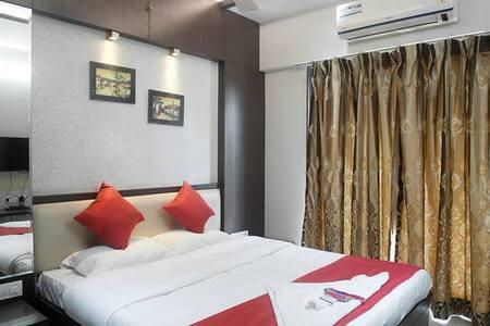 Cozy room in 3 bedroom apartment near Lalco JVLR - มุมไบ