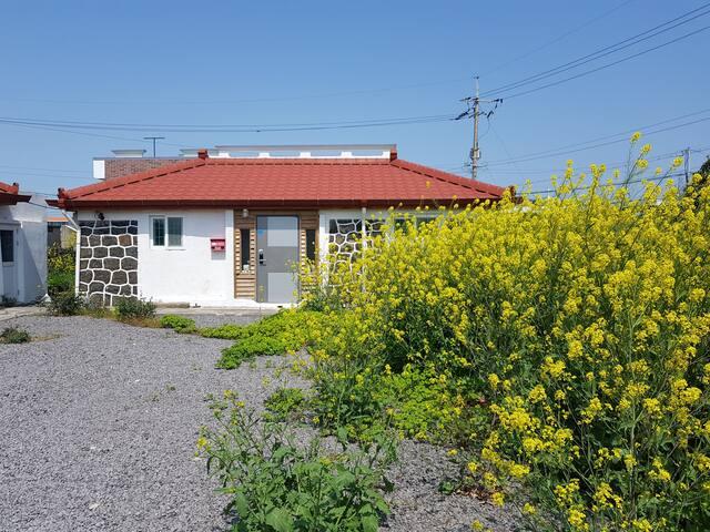 세화해변 제주돌집 [작은채] 방1 거실겸방1 주방 욕실