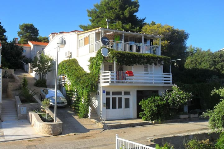 Comfortable and spacious house with terrace and sea view Brna, Korčula (K-11038)