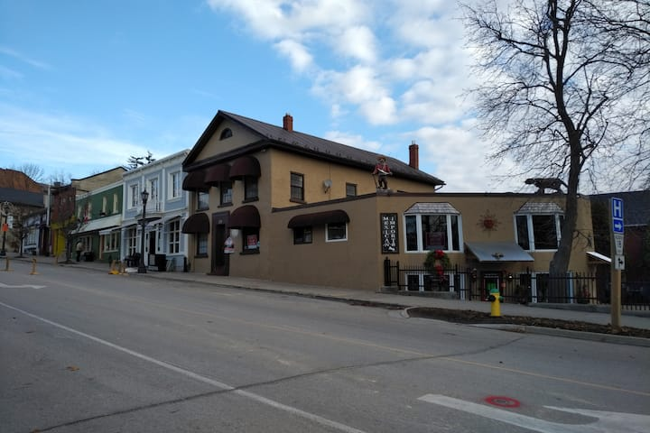 Downtown Elora, Restaurant breakfast included
