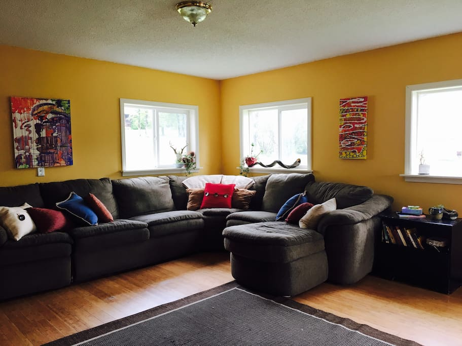 Spacious and Bright. Comfortable sectional couch can sleep extra guests