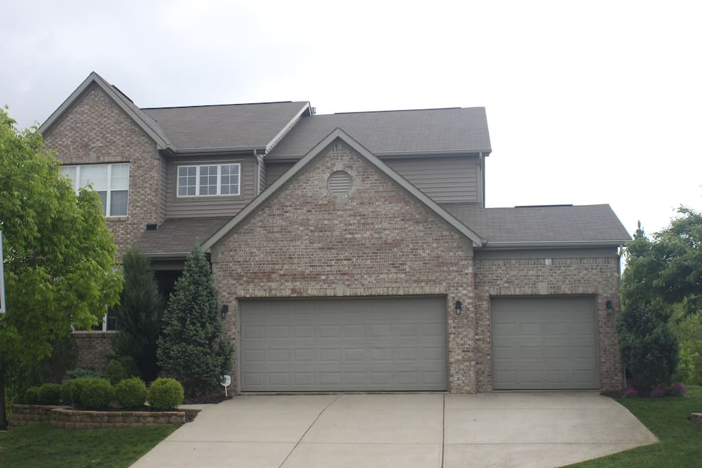 Beautiful home set in a quiet neighbor hood with great views.  Tons of beds to accomodate entire families or a large group.