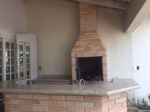Casa com piscina e churrasqueira - frente ao Zerão