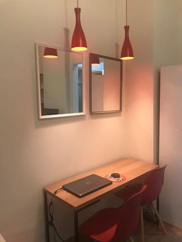 Studio decorado e funcional. Ótima localização.