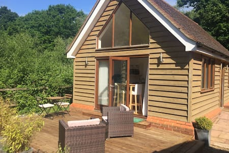 One bed cottage 10 mins Gatwick