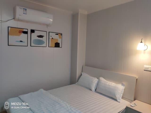东城万达地铁站低调奢华的简欧风格了【奥沙公寓】美的空调,海尔冰箱、海尔洗衣机,美的电磁炉,等家电家具
