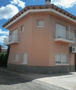 Casa moderna en pueblo tranquilo - Casa