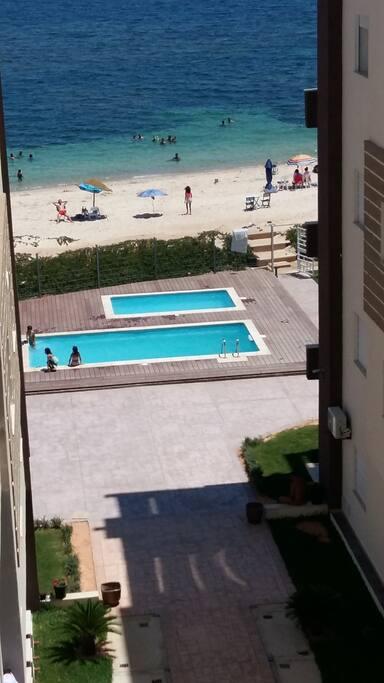 Vue dégagée sur la mer et les piscines à partir de la terrasse