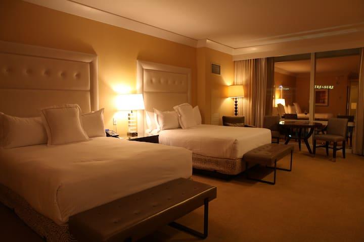 Luxurious Trump Double Queen Suite, S Strip View